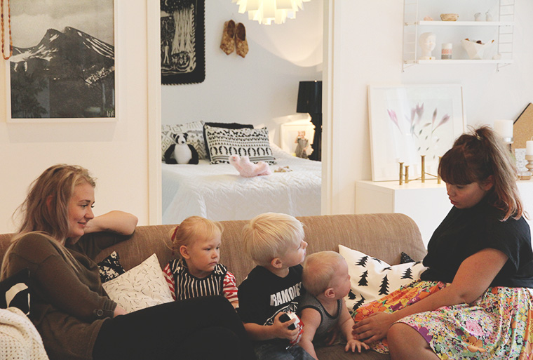 minttu essi ja lapset sohvalla hunajaista decoration interior