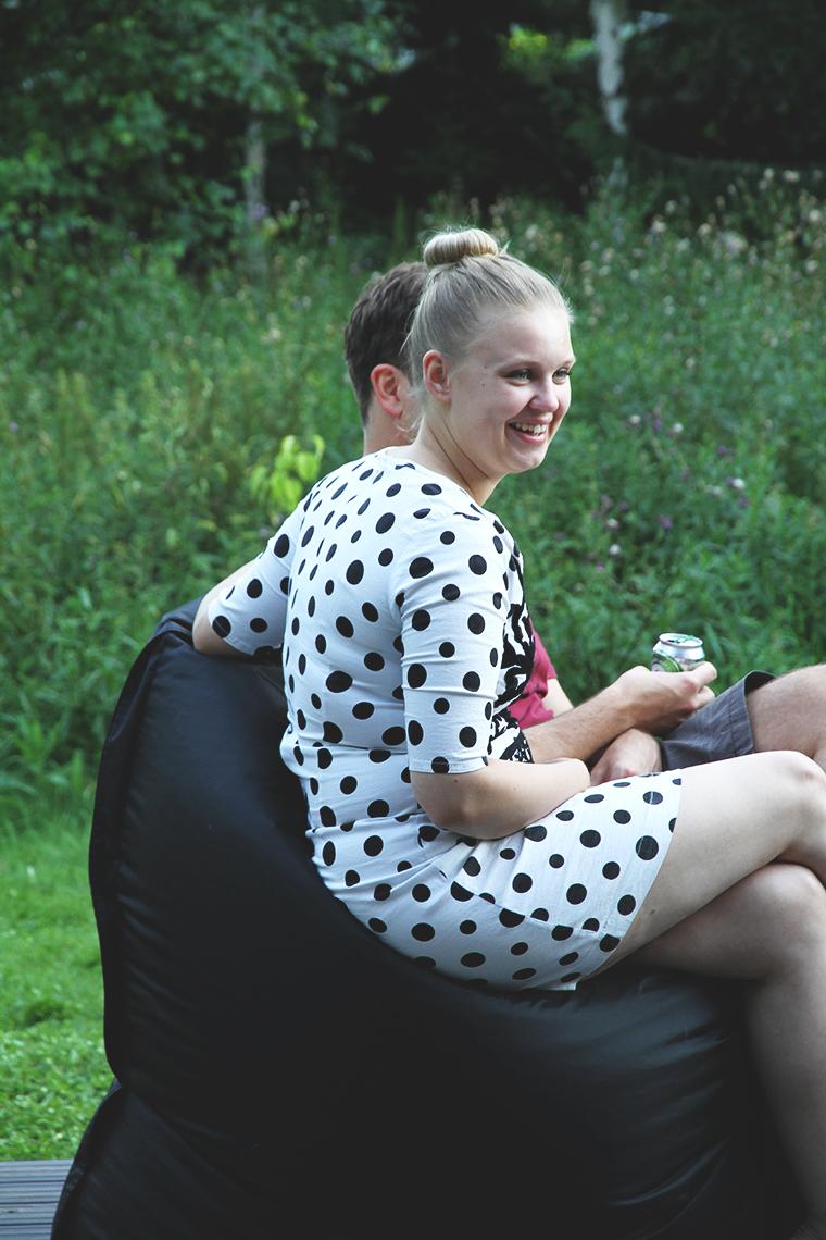 maria istuu hunajaista