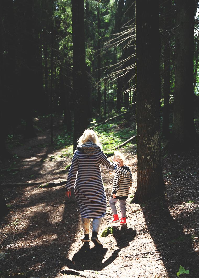 riikka ja siiri metsassa hunajaista marimekko blogi