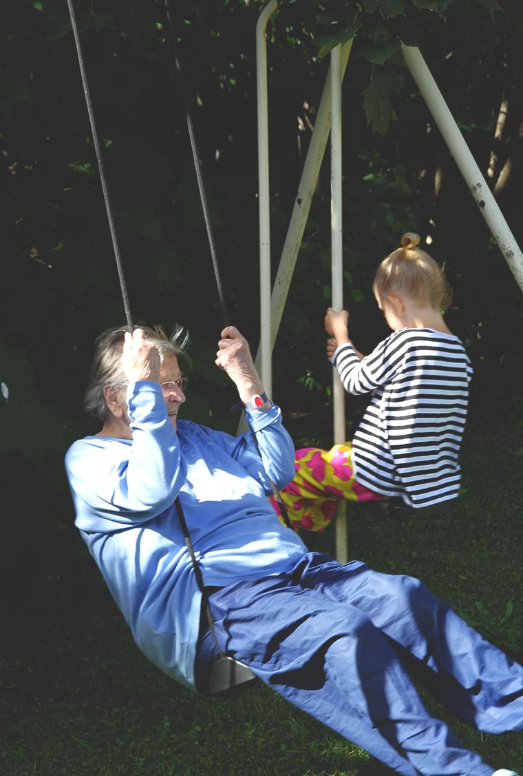 siiri ja mummu keinussa
