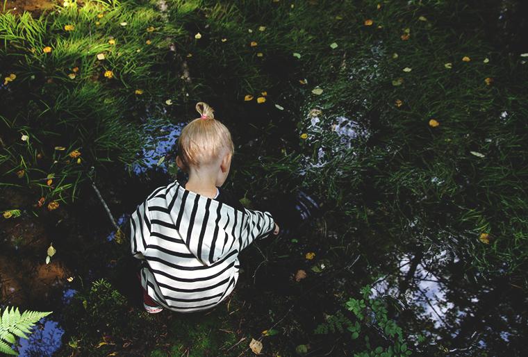 siiri uittaa sormia hunajaista metsassa