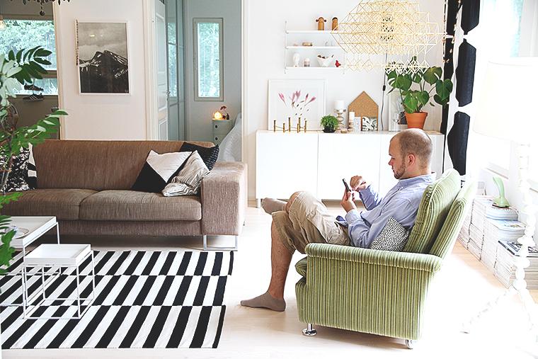 ville istuu tuolissa hunajaista sisustusblogi finnish home design
