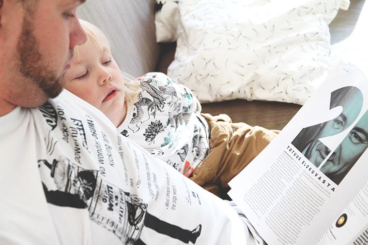 siiri ja ville sohvalla lukemassa fine little day