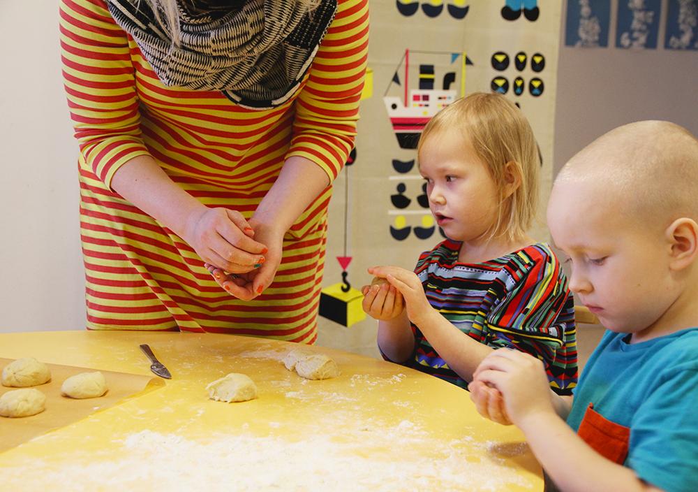 hunajaista leipoo lasten kanssa arla ingman lahjoitti aineet jaarlin paivakodit