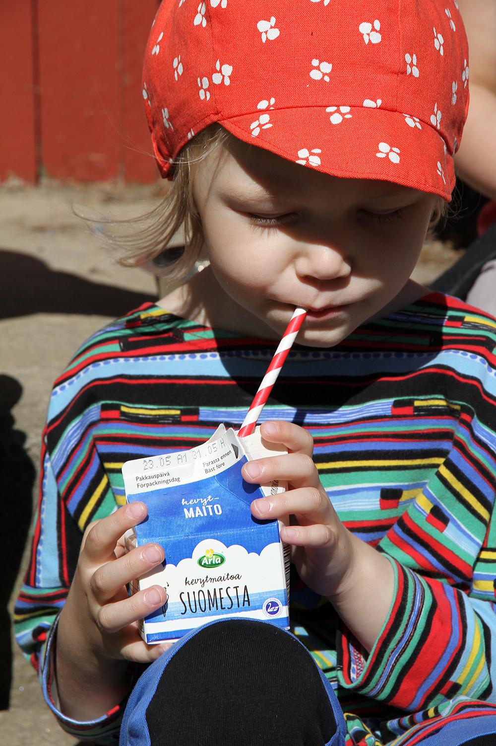 siiri juo maitoa arla maitoa suomesta