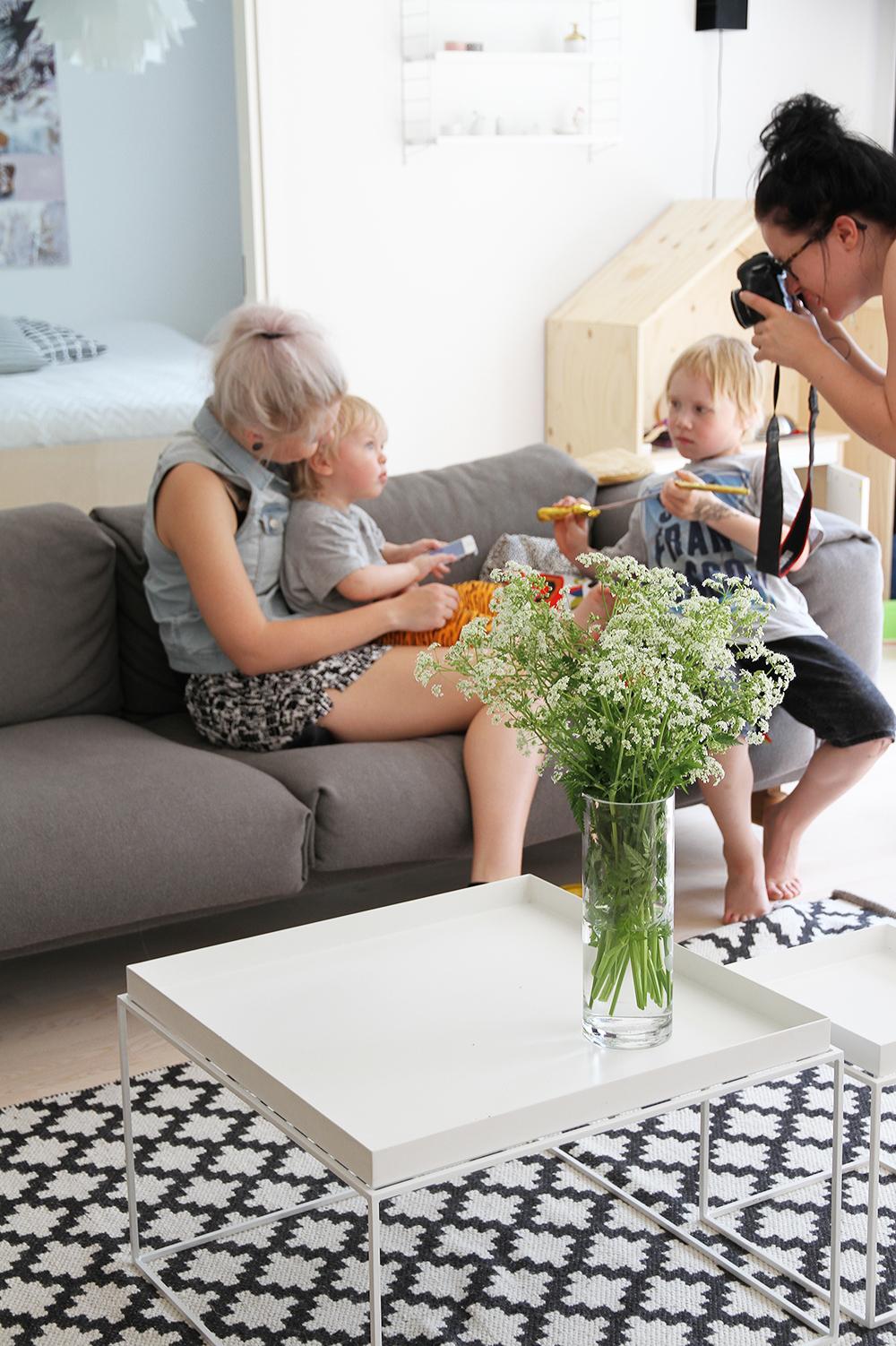 essi eino sohvalla kaisu jouppi muutama hetki hunajaista olohuone sisustus hay muuto