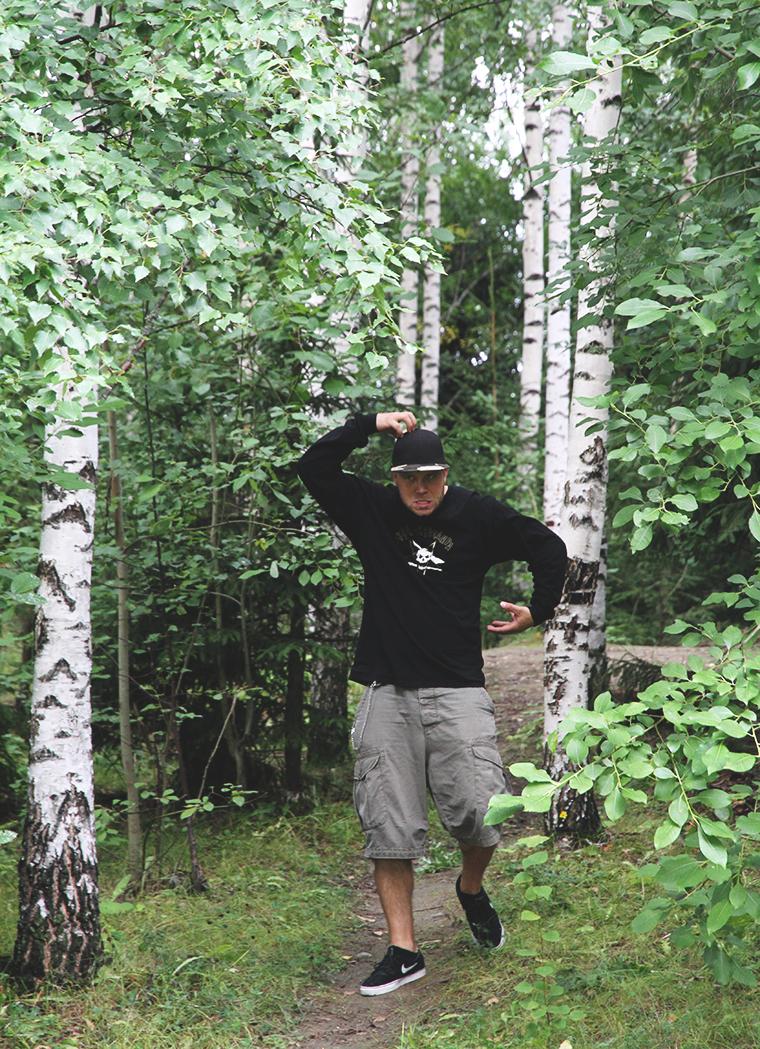 apinamies metsassa hunajaista ville