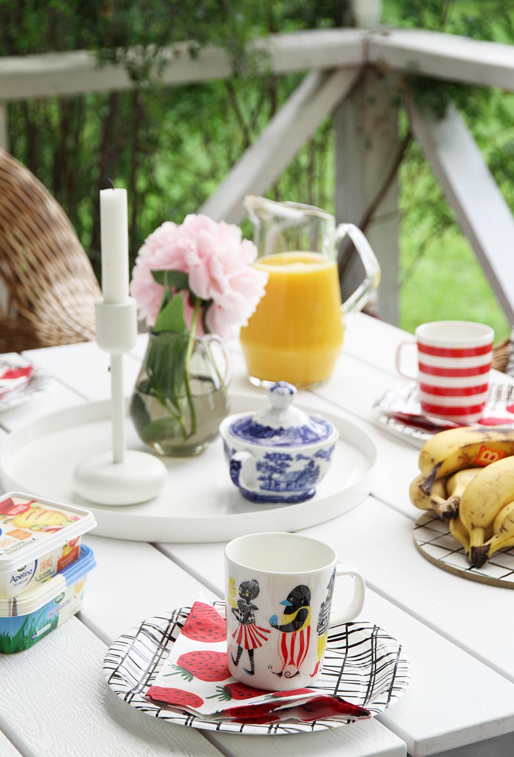 hunajaista kattaus aamiainen mokilla kesa summer cottage marimekko