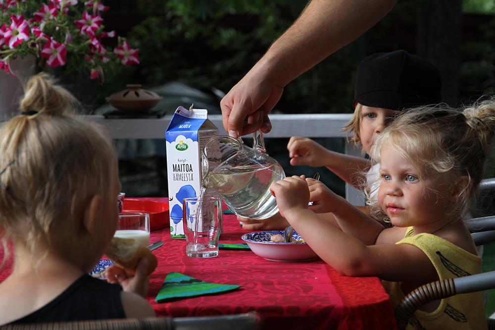 hunajaista kesamokilla lapset syomassa arla maito