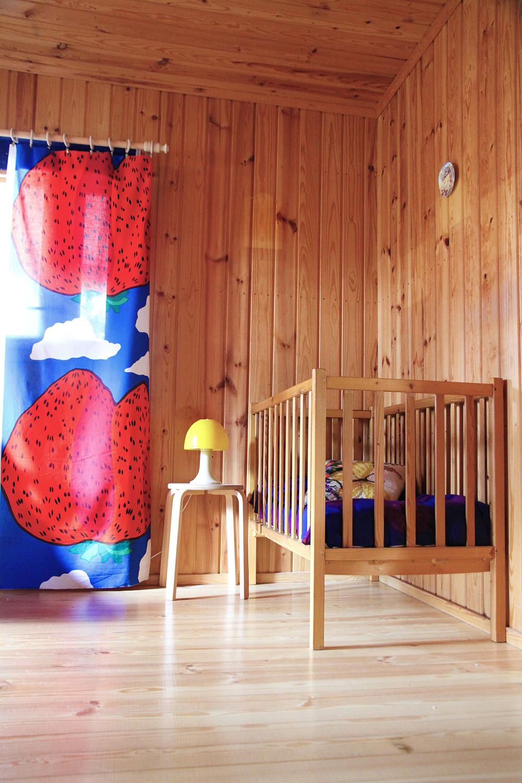 hunajaista kesamokki makuuhuone pinnasanky marimekko mansikkavuoret