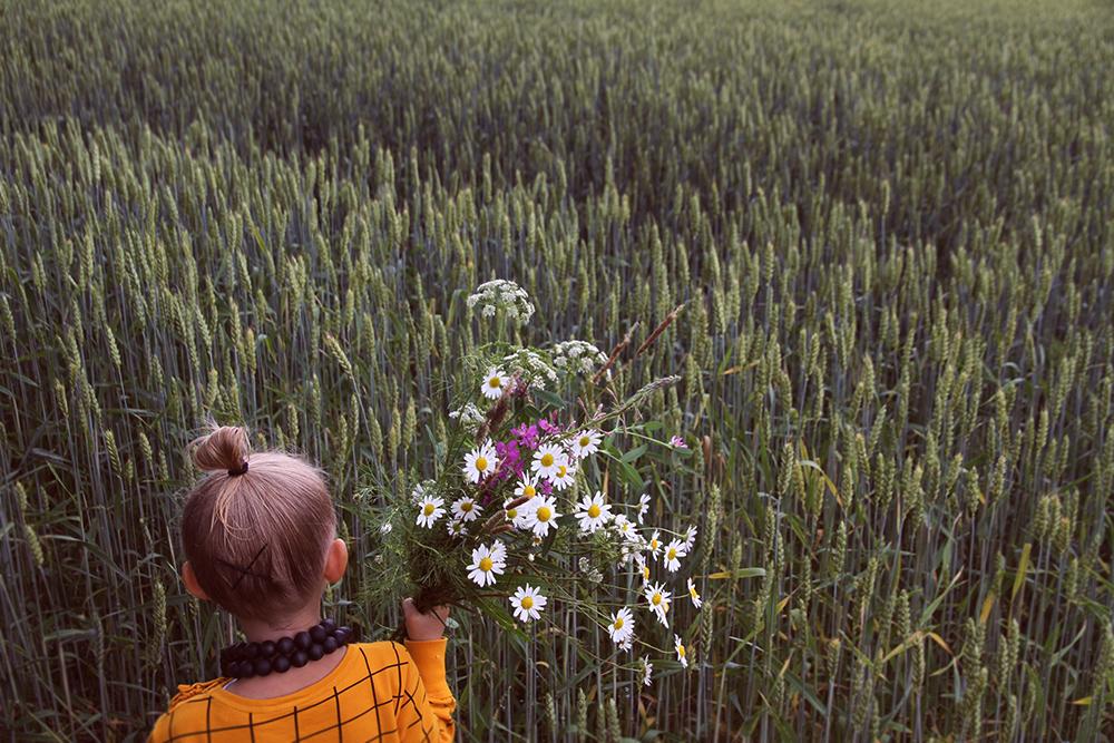 hunajaista mainio siiri lastenvaatteet aarikka kukkia poimimassa niittykukat