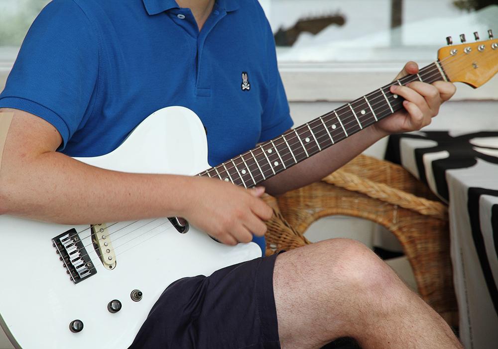 karri soittaa kitaraa