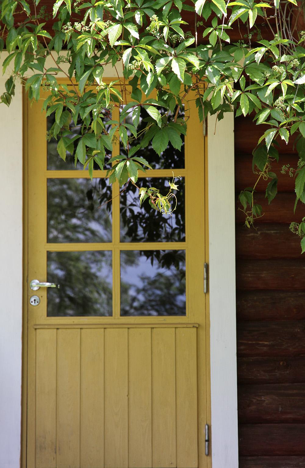kesamokki hunajaista ovi