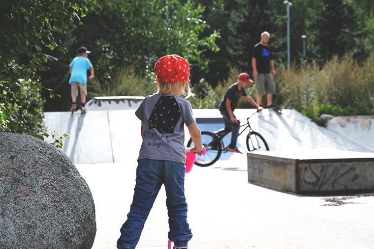 siiri skeittaa ville taustalla hunajaista skatepark