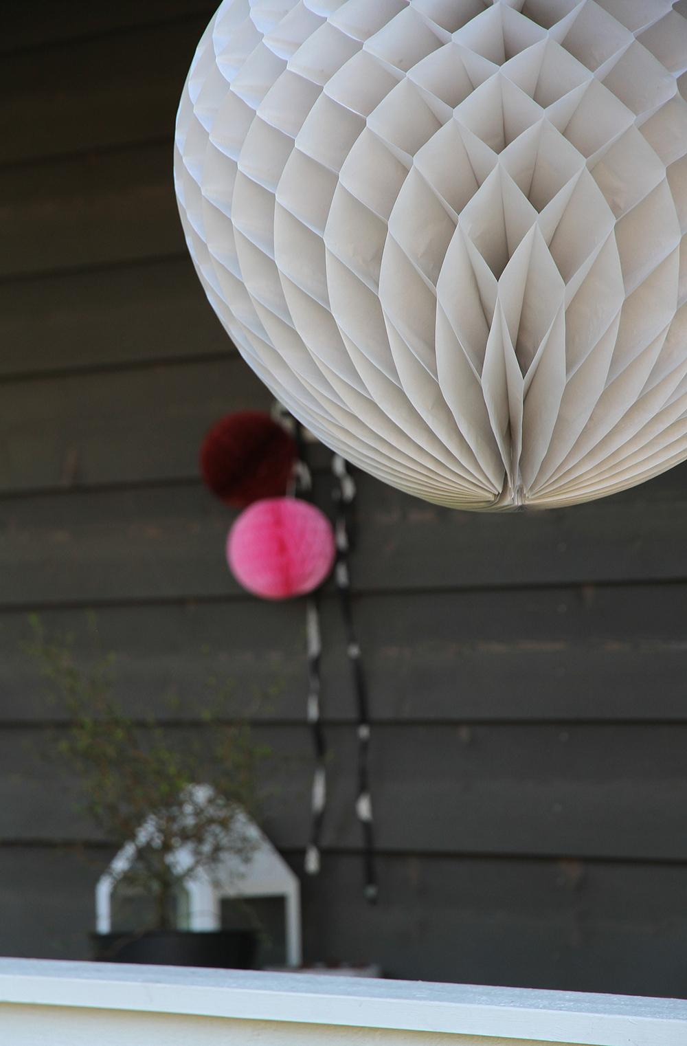 hunajaista paperipallot terassi syntymapaivat sisustus koristelu