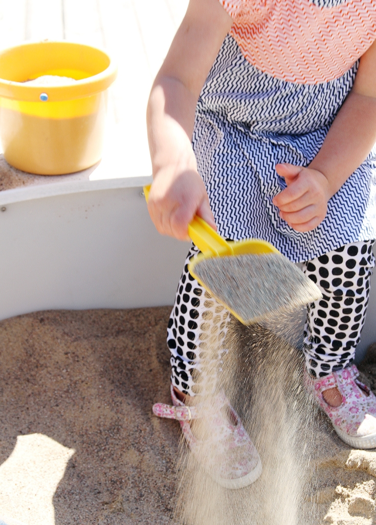 aino hiekkalaatikolla muumimaailma hunajaista marimekko