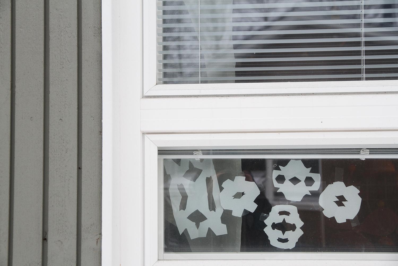 hunajaista talvi lumihiutaleet ikkunassa