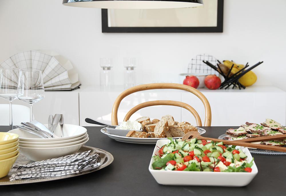 kukkopaloja ja salaattia hunajaista reseptit kattaus iittala arabia teema hopeatarjotin