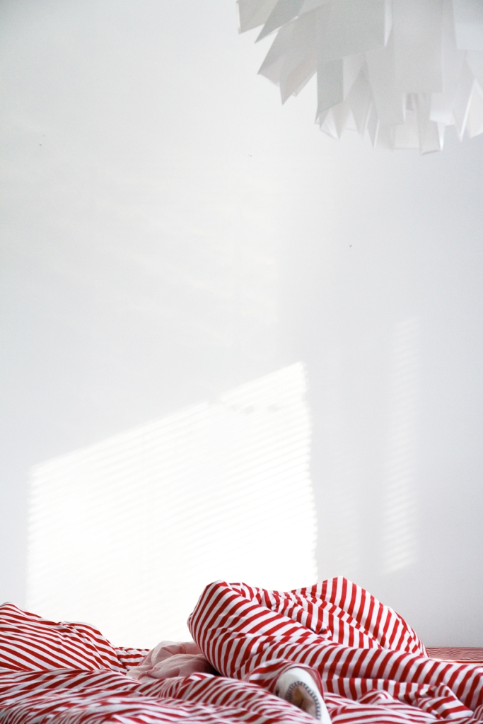 makuuhuone bedroom sisustusblogi hunajaista marimekko tasaraita trikoolakanat