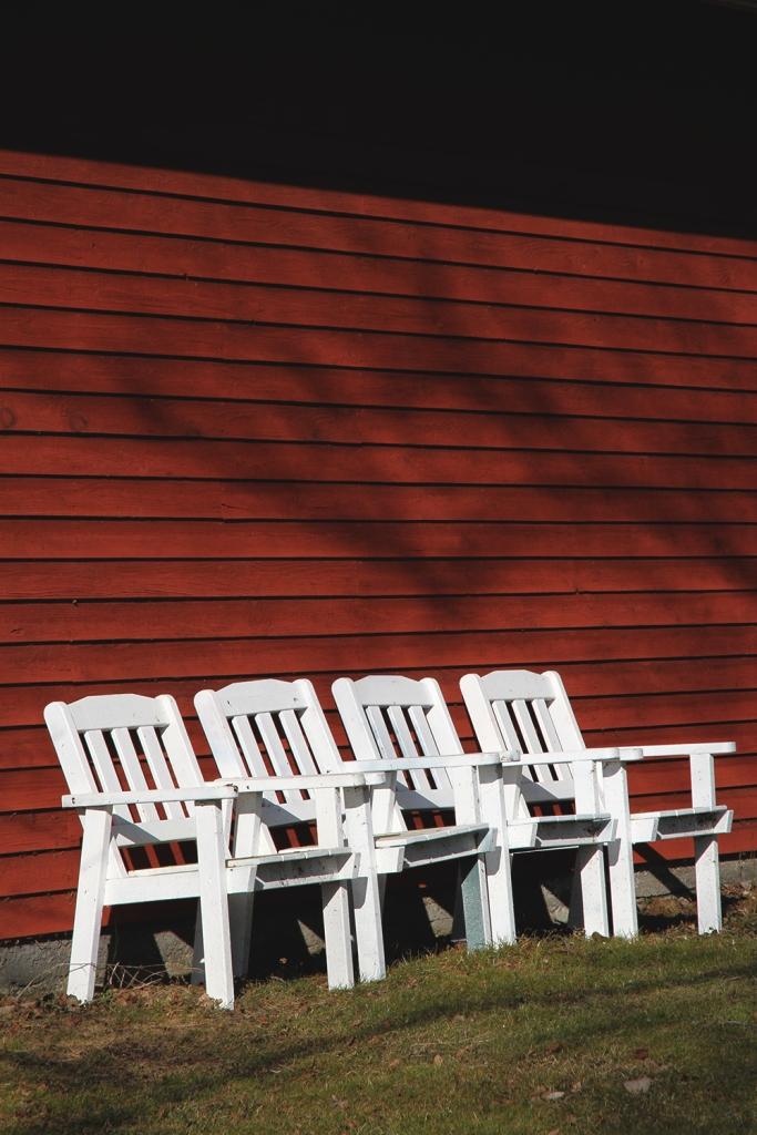 mokilla tuolit rivissa hunajaista
